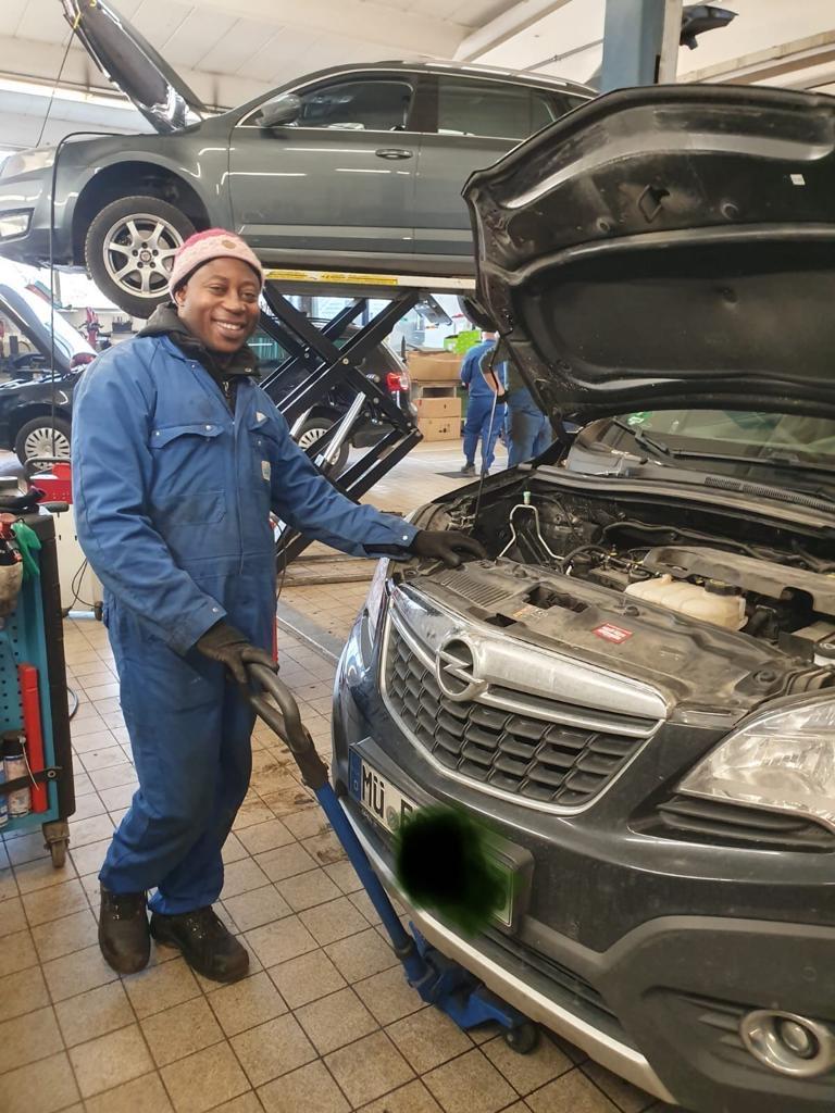 Efe Osas in der Autowerkstatt