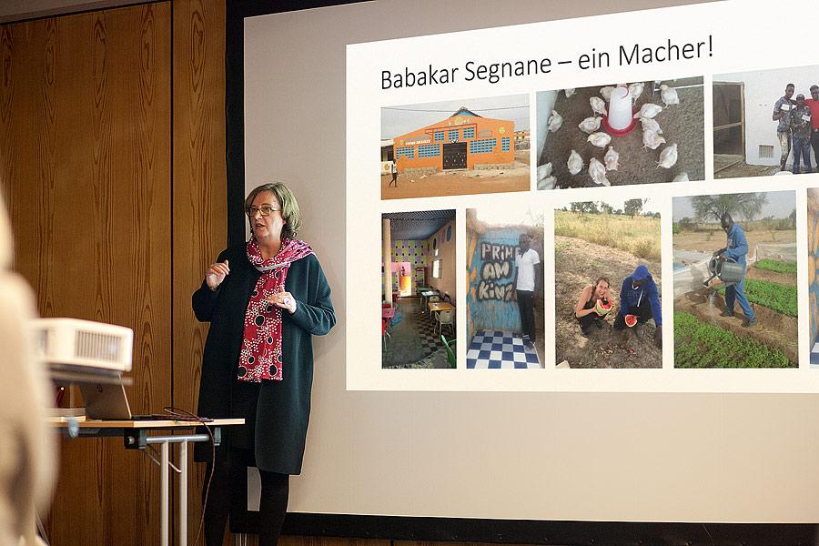 Helke Fussell bei einem Vortrag über Rückkehrer Babakar Segnane